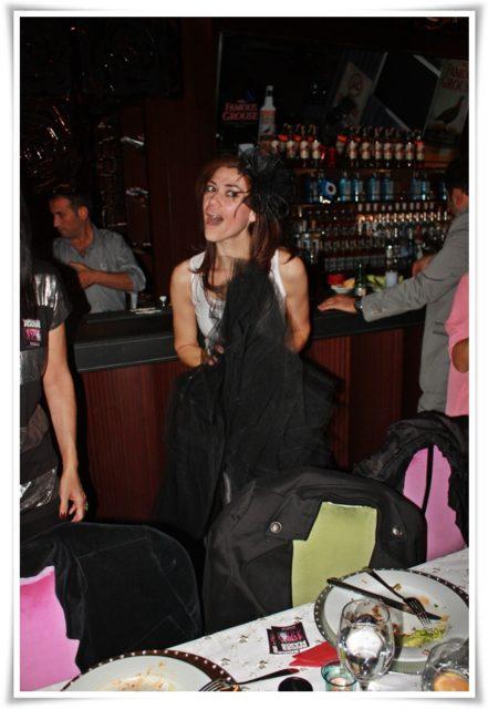 Bekarlığa Veda'm için yapılan süprizli partimden, çılgınlar gibi dans ederken. Yıl 2011