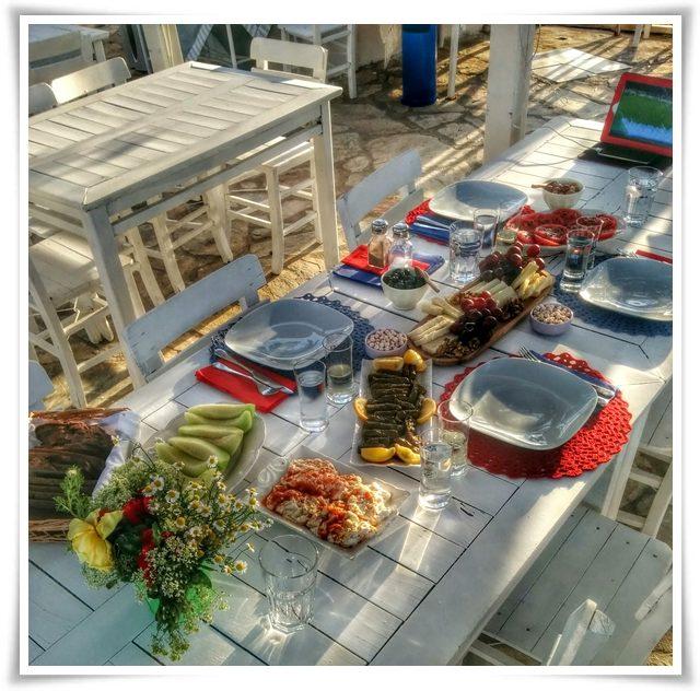 Bozcaada'da, Patiska Pansiyon'da mutfağa girip kendimiz için hazırladığımız sofradan, Yıl 2015